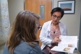 Registered dietitian nutritionist Michelle Memmo meets with a patient.